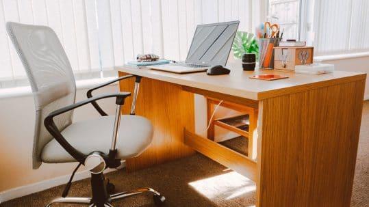 Drveni kancelarijski sto i stolica