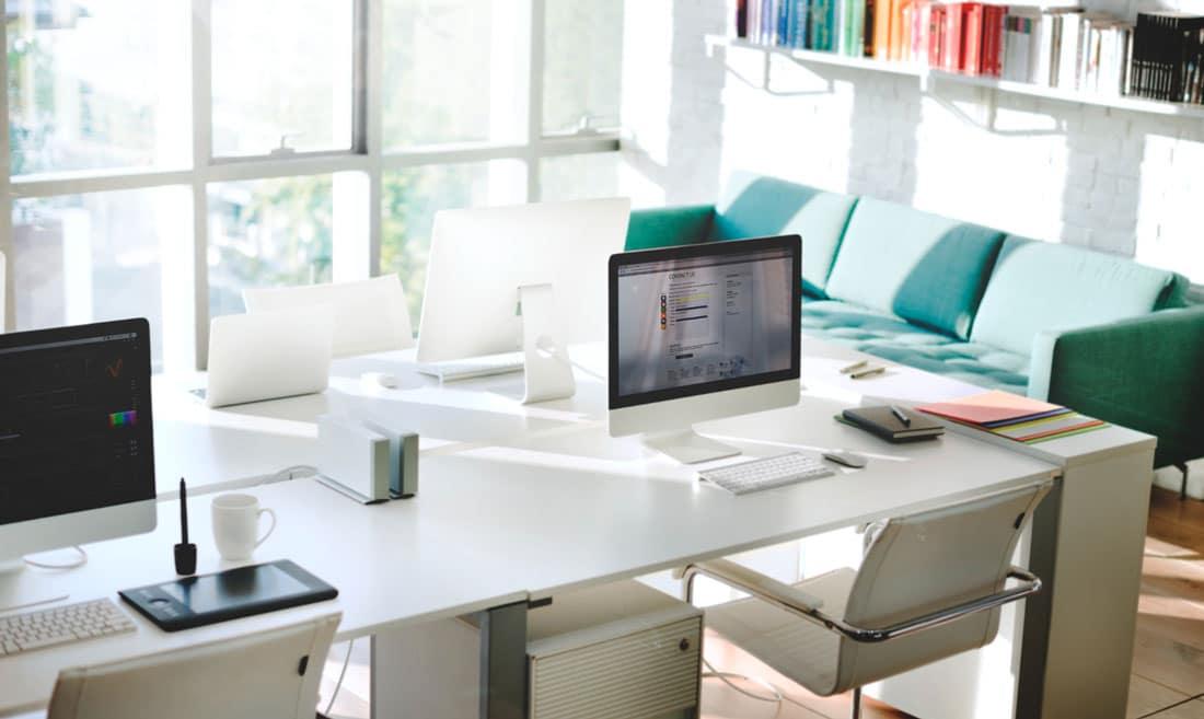 Primer organizovanog radnog stola u kancelariji