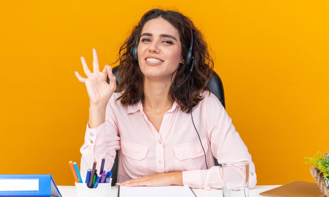 Zena vodi razgovor u kancelariji sa narandzastim zidovima