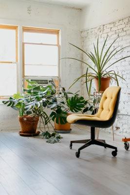 Zuta radna stolica u kancelariji